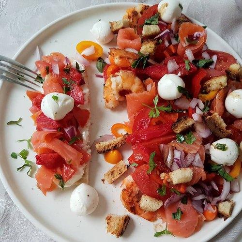 Salade tomates, poivrons, truite fumée, mozzarella.