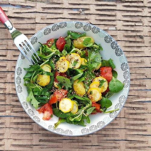 Salade de pommes de terre, courgettes jaunes et tomates