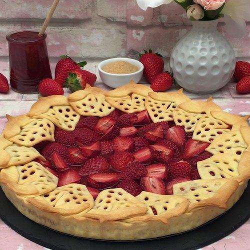 Erdbeeren im und auf dem Kuchen