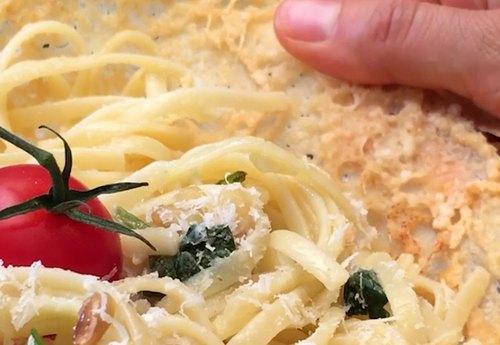 Les linguine dans leur bol en parmesan